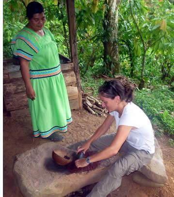 Touristiques de broyage des graines de cacao sous la surveillance d'une dame Ngobe indigènes