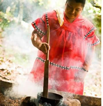 Indigene Frauen in traditioneller Kleidung Rösten Kakaobohnen